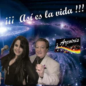 La portada tiene de fondo una imagen del universo lleno de estrellas y galaxias. Superpuesto aparece el titulo: 'Así es la vida', junto a la imagen del dúo que compone el grupo musical. Y superpuesto al fondo también, un rectángulo en fondo negro y un pentagrama con colores del arcoiris brillante y la palabra: 'Arcoiris'.