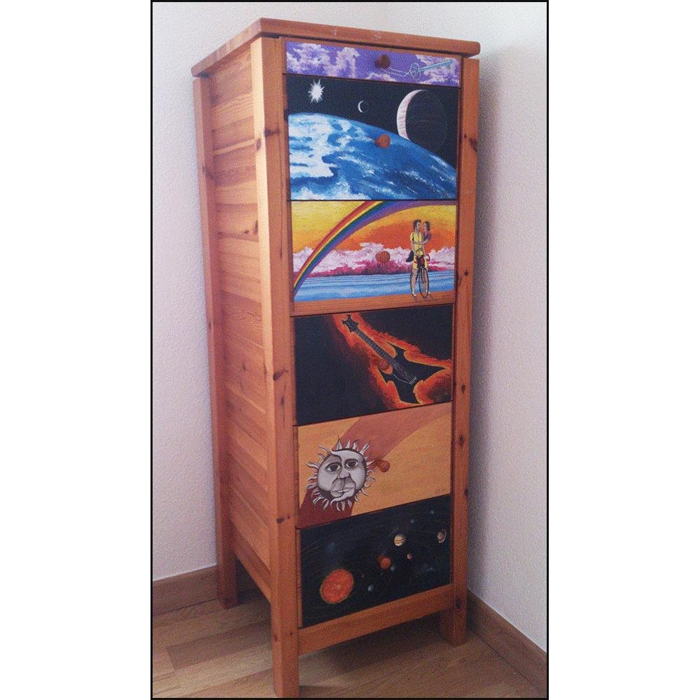 Sinfonier de madera maciza de pino, al que se le cambia de aspecto pintando sus seis cajones con pintura al temple y pintura al óleo.