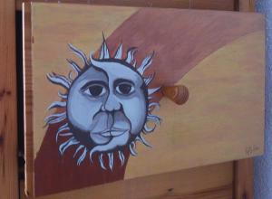 Fotografía del cajón al que se le pinta como protagonista los rostros fusionados del sol y la luna, basado en la leyenda griega, 'El sol y la Luna'.