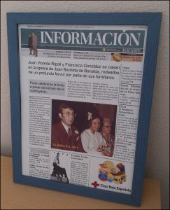 Portada manipulada del Diario Información impresa y puesta sobre un marco de color azul.