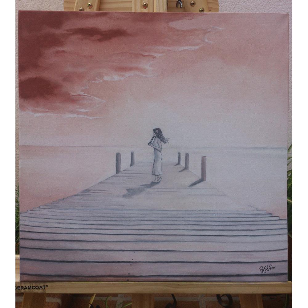 Lienzo con tonalidades cálidas rojizas y gran luminosidad. Aparece un embarcadero junto a un mar en completa calma. Al fondo del embarcadero una chica con vestido blanco, cabello largo y moreno, con pose de perfil y de pie, se encuentra tocando el instrumento de viento del txistu.