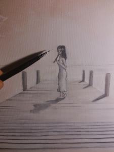 Fotografía haciendo zoom sobre el lienzo de la pintura. Aparece una chica con vestido blanco, cabello largo y moreno, con pose de perfil, de pie y mirando casi de frente, tocando el instrumento de viento del txistu. Ella se encuentra al final de un embarcadero. Sobre el lienzo se encuentra un portaminas cuya punta señala hacia la cabeza de la chica.
